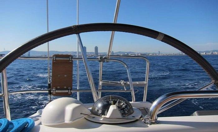 Fotografía de Barcelona desde el mar; un instante de la náutica deportiva del país.