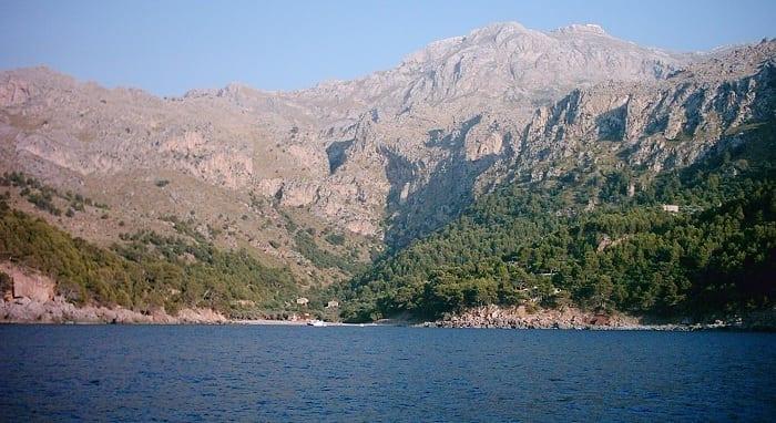 Costa de Cala Tuent con el Puig Major a la espalda.