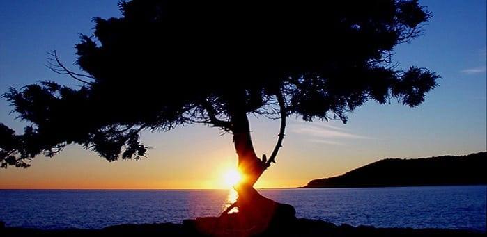 Cuevas en Ibiza: atardecer cerca del mar.