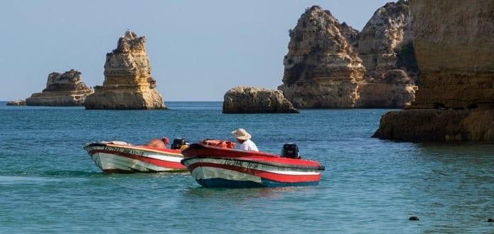 Dos embarcaciones pescando.