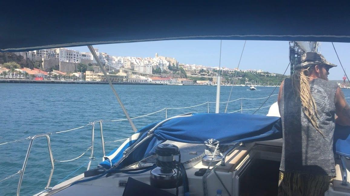 navegando por el puerto de mahon