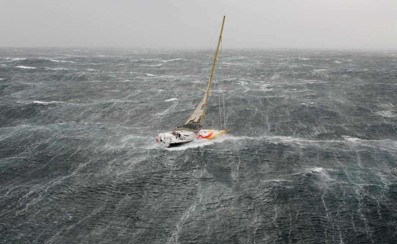 velero en tormenta