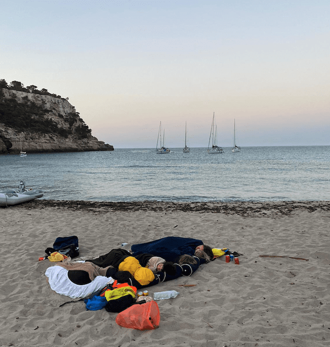 dormir en una playa en menorca